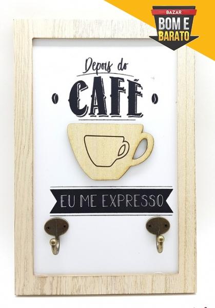 PLACA DE MADEIRA COM GANCHOS CAFÉ
